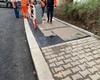 Modernizace trati. Pokládka litého asfaltu na komunikaci pod mostem, instalace zábradlí i veřejného osvětlení. 7.12.2020